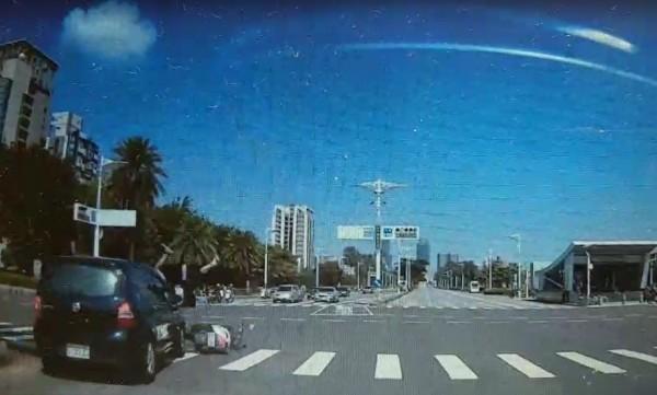 男女共乘機車遭搶黃燈汽車擦撞。(記者方志賢翻攝)