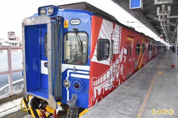 台鐵EMU500型優化更新電聯車內裝及外觀大幅提升。(記者葉永騫攝)