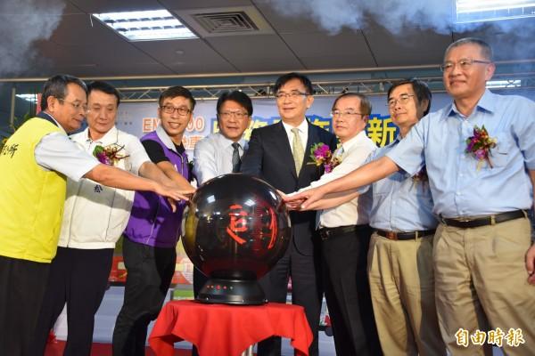 台鐵EMU500型優化更新電聯車首航,交通部長吳宏謀前往主持。(記者葉永騫攝)