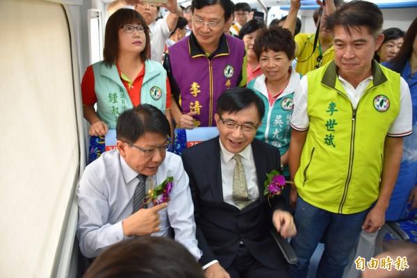交通部長吳宏謀及屏東縣長潘孟安試坐電聯車的座椅,認為很舒適。(記者葉永騫攝)
