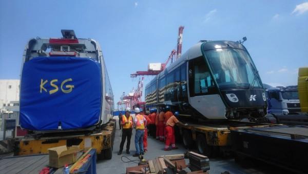 高雄輕軌二階全新列車運抵基隆港。(圖由高市捷運局提供)