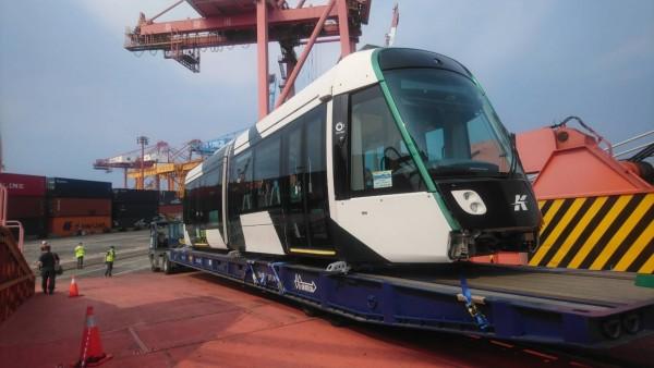 高雄輕軌二階全新列車。(圖由高市捷運局提供)