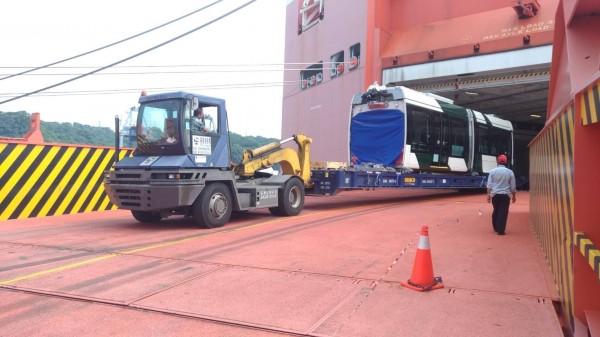 高雄輕軌二階新列車在基隆下船。(圖由高市捷運局提供)