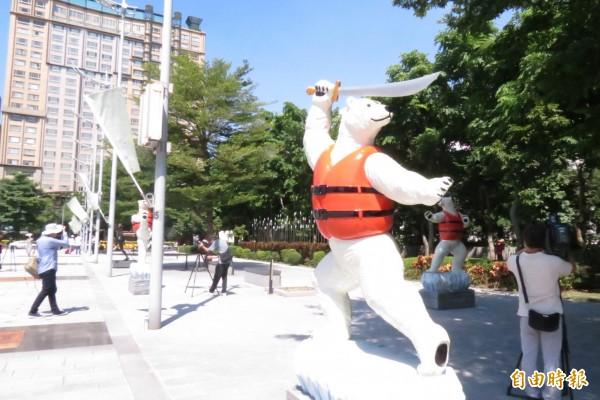 中市舉行東亞青運雕塑廣場揭牌,展出與東亞青運有關的體育項目雕塑。(記者蘇孟娟攝)