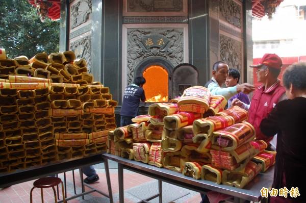 屏東市玉皇宮,每逢玉皇大帝聖誕及中元節期間,因信眾祭拜焚燒的紙錢數量龐大。(記者李立法攝)