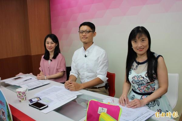 士林地檢署檢察官周芝君(左起)、王碩志與金鐘獎主持人鄒瑩瑩同台直播。(記者黃捷攝)