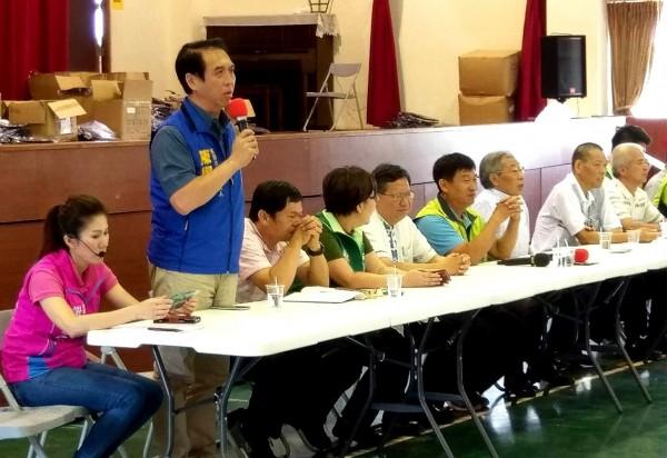 陳學聖(左二)在桃園農田水利會會員聯席大會致詞,現場直問鄭文燦(左五)水利會官派、財產問題。(陳學聖服務處提供)
