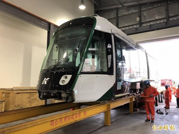 高雄輕軌二階首輛列車,運抵高雄輕軌前鎮機廠。(記者葛祐豪攝)