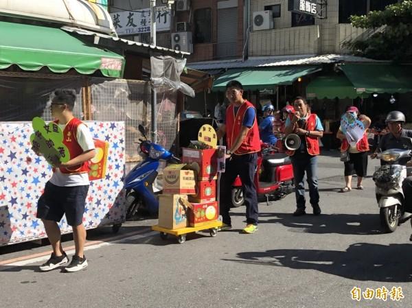 華山基金會台東線各站長、義工走上街頭,在台東市中央市場為義賣文旦而走。(記者王秀亭攝)