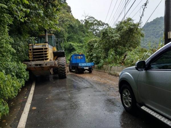 新竹縣竹東鎮往來五峰鄉的122號縣道南清公路,26.5K處因雨勢發生土石崩落,現已恢復單向通行。(記者廖雪茹翻攝)