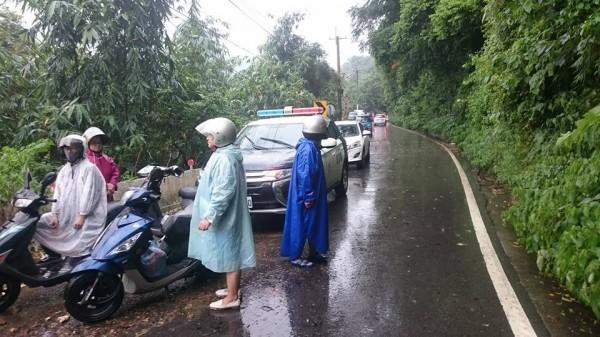 今天下午3點許,新竹縣竹東鎮往五峰鄉的122號縣道26.5公里處,因雨勢過大土石崩塌,一度交通中斷,現已恢復單向通行。縣議員趙一先提醒民眾上路前多留意最新路況。(趙一先提供)