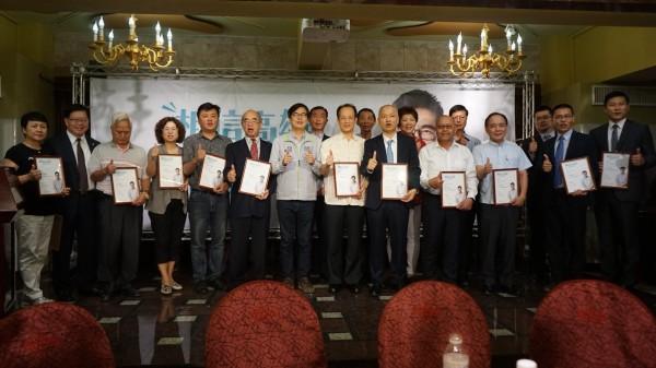 陳其邁(左七)出席觀光產業後援會成立大會。(記者葛祐豪翻攝)