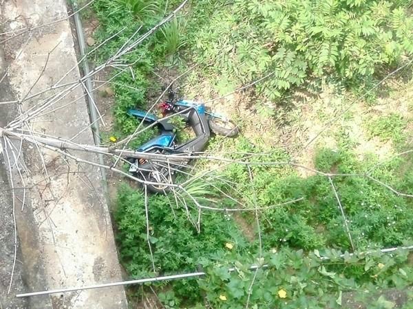 139線大彰路今天再傳死亡車禍,男子連同機車墜谷身亡。(記者湯世名翻攝)
