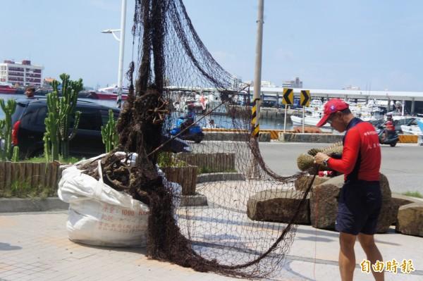 澎湖海域覆網過多,造成海洋浩劫,澎湖縣政府今年計畫清除五萬公尺覆網。(記者劉禹慶攝)