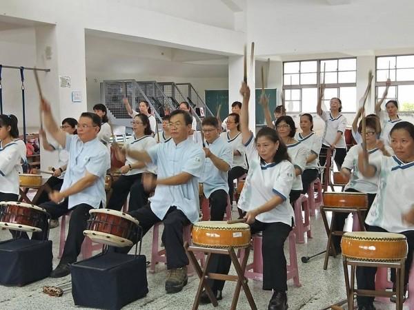 勇者太鼓團由年約40至50歲的小兒麻痺患者組成,因行動不便,「坐著」打鼓是特色。(記者陳心瑜翻攝)
