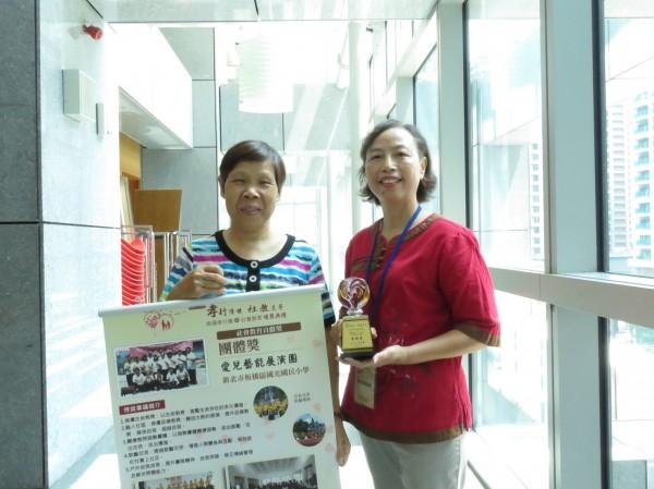 新北市特教老師李寶貴(右)6年前退休後成立愛兒、勇者太鼓團,左為執行長張家瑋。(記者陳心瑜攝)