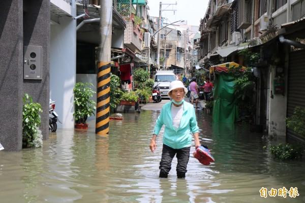 永康區今天上午一場不到半小時的驟雨,竟讓中華路154巷內20多間民宅淹水。(記者萬于甄攝)