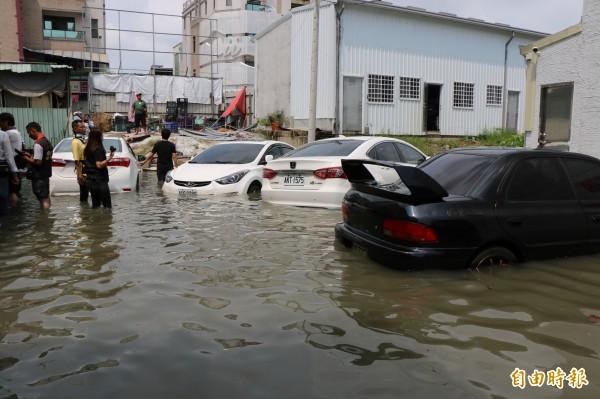 許多車輛恐因泡水受損。(記者萬于甄攝)