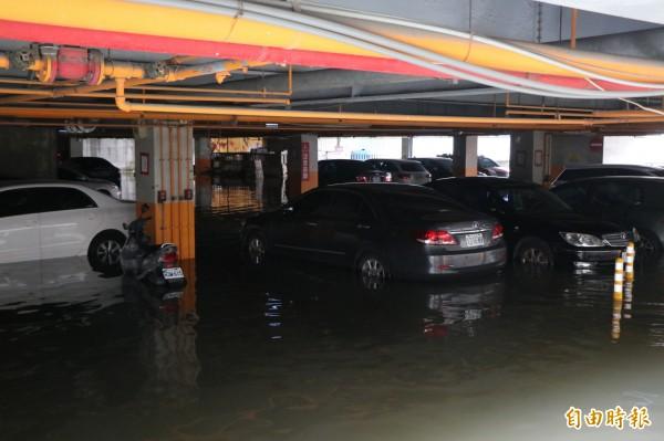 永康中華路上美妝商場停車場內也有多台車輛受損。(記者萬于甄攝)