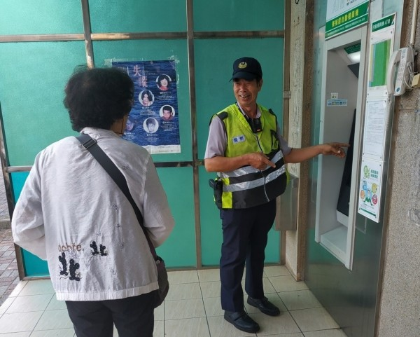 金沙警方對民眾宣導ATM務必小心使用。圖中婦人與新聞人物無關。(金沙分駐所提供)