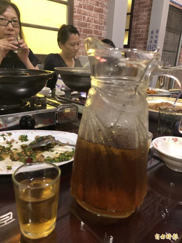 「黑貓食堂」的冬瓜茶,有點甜又不會太甜,好喝。 (記者歐素美攝)