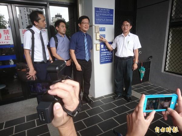 林佳龍競選總部副主委張廖萬堅(右二)與律師代表(右一),遞狀控告盧秀燕陣營違反選罷法及誹謗罪。(記者楊政郡攝)
