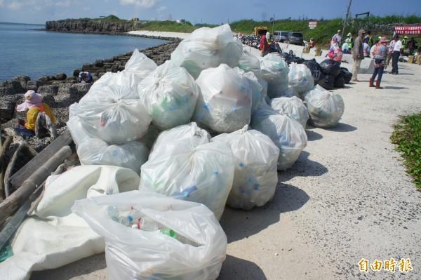 白沙岐頭主場淨灘,海洋廢棄物垃圾堆積如山。(記者劉禹慶攝)