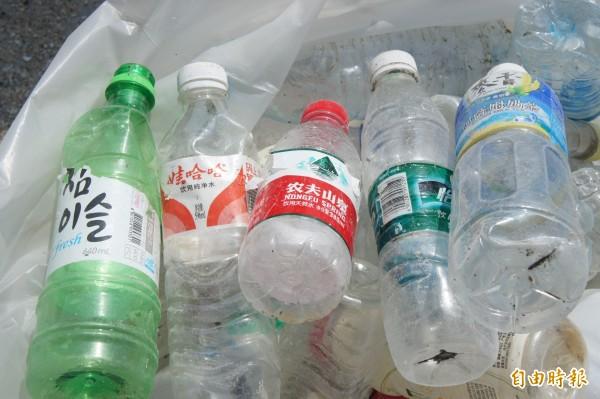 澎湖海洋廢棄物寶特瓶就像聯合國,最多為中國簡體字,也有韓國及台灣品牌。(記者劉禹慶攝)