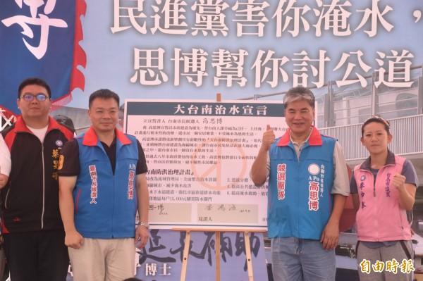 李鴻源(右二)承諾將協助高思博治水。(記者邱灝唐攝)