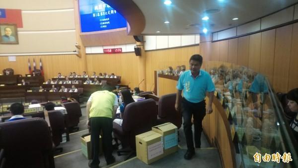 市議員李雲強不滿議事流程,憤而離席。(記者謝武雄攝)