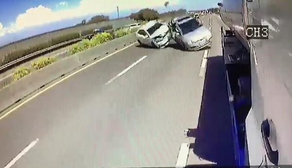 李男車子(後方)撞上前車後都翻滾。(記者楊金城翻攝)