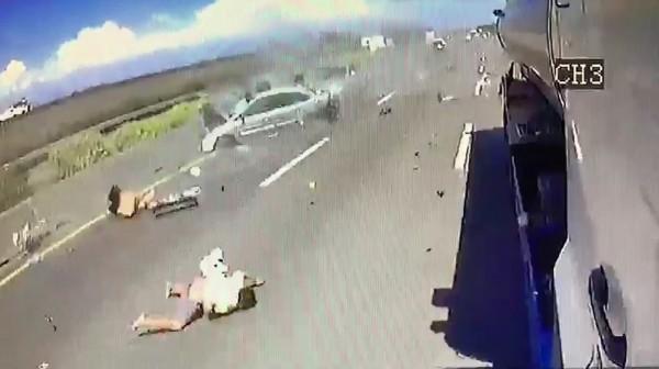 李男車子肇事後翻滾,男童甩飛國道上,撞擊過程驚悚。(記者楊金城翻攝)