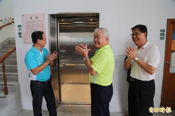 卑南鄉明峰村長林永傑(中)不選村長了,卻捐出百萬元為文康中心建電梯,鄉長許文獻(左)讚揚他退休前還造褔鄰里。 (記者黃明堂攝)