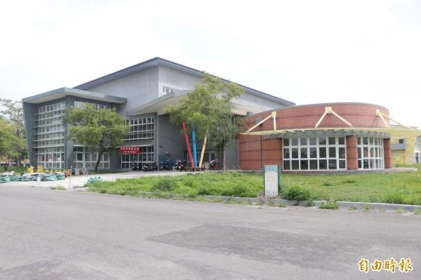宜蘭國民運動中心是東部地區首座,原預計7月開幕,因工程驗收問題延至9月底,但工程驗收至今還是過不了關,恐要到12月才能開幕。(記者林敬倫攝)