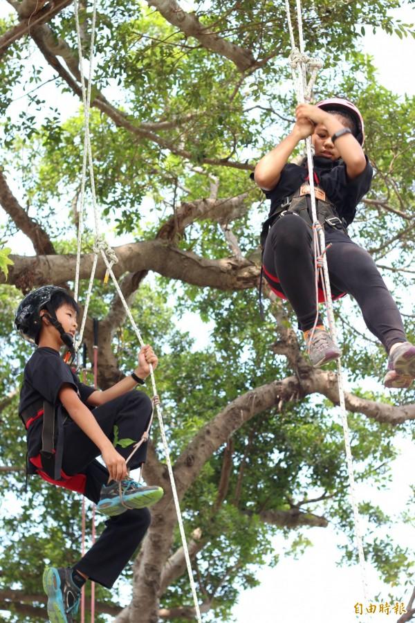 學童於山區學習垂降。(記者黃旭磊攝)
