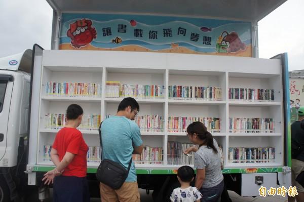 行動圖書館車擁有1200冊書籍,並涵蓋多國語言。(記者劉禹慶攝)