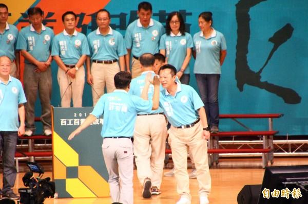 翁章梁與行動綠團隊參選人擊掌。(記者林宜樟攝)