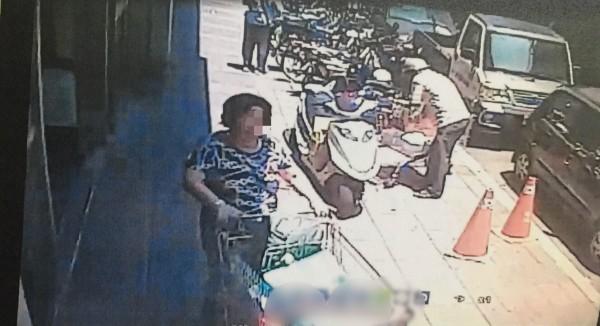 劉女以自備購物袋,在賣場「大搬家」,走出攔計程車時落網。(記者陳恩惠翻攝)