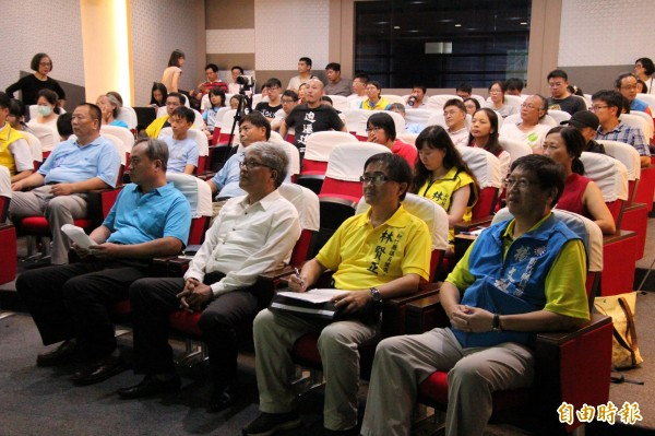 「我們要喝乾淨水行動聯盟」等環團今天下午舉辦「乾淨水、垃圾、食安跨域論壇與座談會」。(記者黃美珠攝)