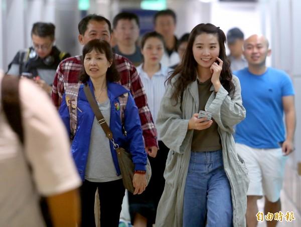 長榮航空BR-165班機滿載310名旅客8日傍晚從札幌新千歲機場飛抵桃園機場。 (記者朱沛雄攝)