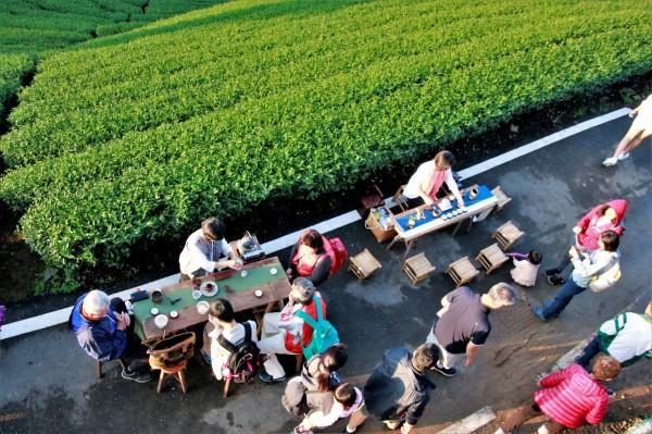 迎晨曦音樂會1314觀景台浪漫舉行,現場還備有茶席。(莊姓讀者提供)