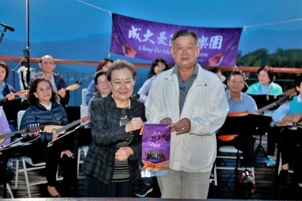 梅山鄉農會黃世裕(前右)感謝成功大學藝術中心曼陀林樂團上山演奏。(莊姓讀者提供)