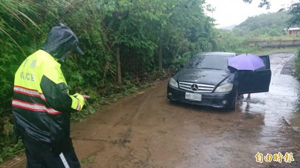 賓士車受困水中,所幸水已退去,車內人員無傷。(記者吳昇儒攝)