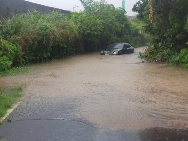賓士車受困水中,水一度淹到擋風玻璃。(記者吳昇儒翻攝)