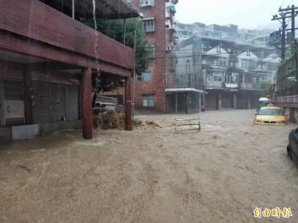 基隆市復興路212巷昨晚已因大雨淹水,不料今早兩場大雨,又讓當地一早淹水兩次;基隆市長林右昌親睹淹水。(記者俞肇福攝)