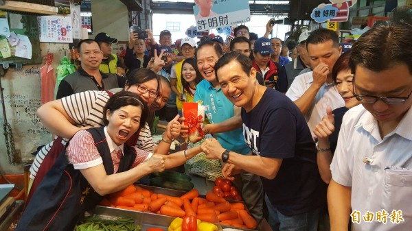 馬英九與許明財走訪竹市傳統市場拜票。(記者蔡彰盛攝)