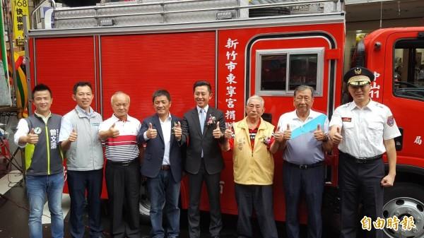 竹市東寧宮捐贈小型消防車,市長林智堅與義消總隊長鄭宏輝感謝各界協助提升消防救災能量。 (記者蔡彰盛攝)