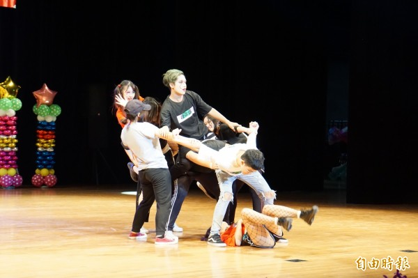舞藝展演嘉年華熱鬧登場,年輕人跳街舞,展現青春活力。(記者詹士弘攝)