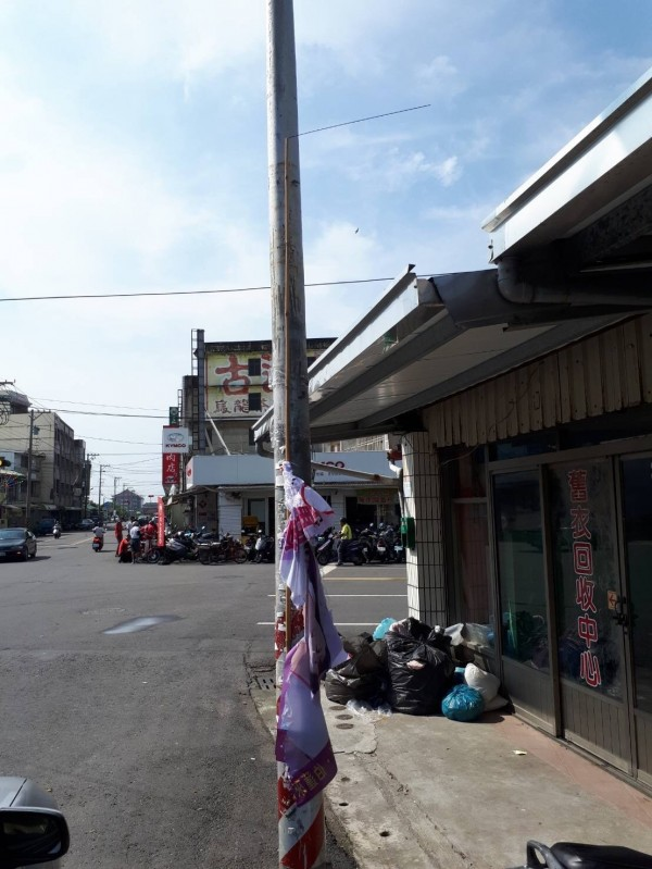 嘉義縣朴子市街頭發生參選人旗幟遭剪碎事件。(記者蔡宗勳翻攝)
