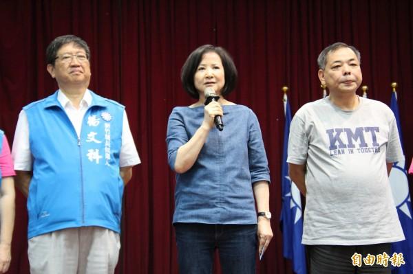 國民黨主席吳敦義妻子蔡令怡(中)今天到新竹縣替該黨縣長參選人楊文科(左)拉抬聲勢。(記者黃美珠攝)